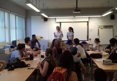 Participantes asisten a una actividad dirigida por Esperanza Alcaín, responsable de INnetCampus UGR
